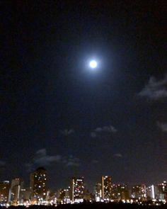 Almost a fools moon over Waikiki. #moon #cloudporn #clouds #winter #solstice #honolulu #waikiki #hawaii #igers #iger #ハワイ # ホノルル #potd