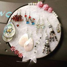 Porta brincos com manta acrílica, bastidor e detalhes rosas de gurgurão, pérolas e fita.