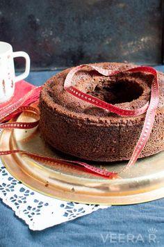 Gluteeniton taatelikakku leivotaan mantelijauhoista eikä taateleiden lisäksi tarvita muuta makeutta.