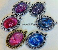 Zirkonellan upeat kaula- ja huivikorut valmistetaan eri värisillä kynsilakoilla. Jokainen koru on uniikki eikä kahta samanlaista ole! Rings, Floral, Flowers, Jewelry, Jewellery Making, Jewelery, Ring, Jewlery, Jewels