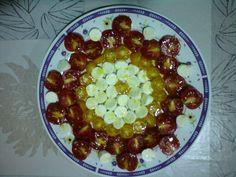 Ensalada de tomate cherry rojo, amarillo y bolitas de mozarella