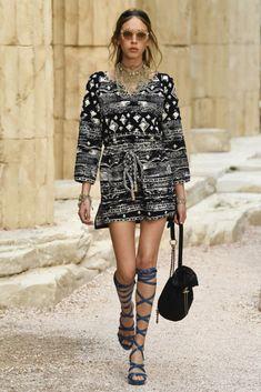 Chanel | Cruise 2018 | Look 31 #chanelcruise #chanel #cruise #street #styles Chanel Fashion, Runway Fashion, Spring Fashion, High Fashion, Womens Fashion, Chanel Cruise, Chanel 2017, Cruise Wear, Coco Chanel