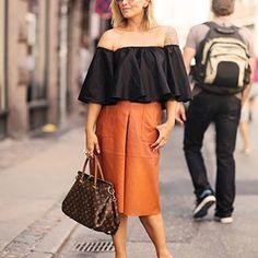 """""""Beijinho no ombro"""" é o mood desse #Outono. A tendência dos modelos de blusinhas e vestidos com um ombro só ou com decote ciganinha brilharam nas passarelas nacionais de marcas como #Ellus e #LillySarti e também no #StreetStyle. Aposte na tendência, que tem um pezinho nos #Anos80, para usar tanto no dia-a-dia, quanto em looks de festas! ⠀  Compre com o link da Bio! ⠀    #optemaismoda #seulooknumclick #optemais #programadefidelidade #passaporteopte+ #acumulepontos"""