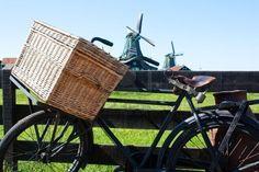in Nederland fietsen langs windmolens