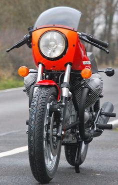 Lady in red. Lady in red. Guzzi Lady in red. Moto Guzzi Motorcycles, Vintage Motorcycles, Motorcycle Design, Motorcycle Style, Bmw Vintage, Motorcycle Lights, Power Bike, Cafe Racer Style, Classic Sports Cars