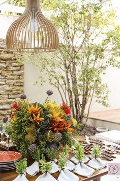 Uma feijoada para celebrar! Em uma mesa no jardim, próxima à que dispusemos as comidas, organizamos a louça, os talheres e os guardanapos, tudo seguindo algumas dicas de como montar um buffet que já compartilhamos com vocês em nosso site!