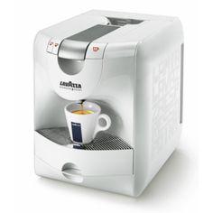 Macchina Caffè Lavazza EP951 Nuova   In Versione utilizzabile anche con capsule compatibili.   La nuova macchina da caffè Lavazza è stata progettata con la massima attenzione per la qualità dell'erogazione e la resa in tazza dell'espresso.  Come sempre il processo di innovazione ha riguardato anche il design.   Il risultato è una macchina da caffè automatica dalle linee moderne ed eleganti caratterizzata dal colore bianco perla che la rende oggetto di arredamento ideale sia in ufficio che a…