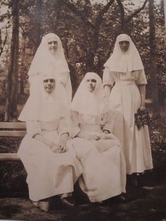 Olga and Tatiana with some of their fellow nurses in the Park, 1915