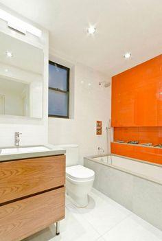 2-bano-blanco-con-una-pared-alicatada-naranja