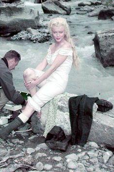 """Marilyn durante el rodaje de """"Rio sin Retorno"""" Con pelo largo igual de bella."""