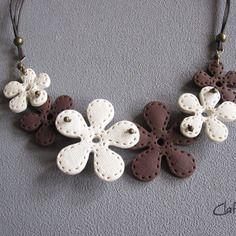 Un collier fleur beige et marron chocolat texture tissu / effet couture en pâte polymère fimo fait-main