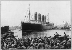 [LUSITANIA, 1907-1914, New York City: warping into dock, NYC, 13 Sept. 1907, crowd in foregrd.]
