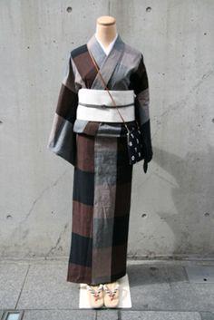 古都を歩くときに着たい、モダンな着物。白い帯を合わせることで、女性らしさを引き立てて。