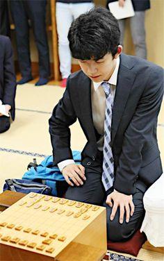 前人未到の29連勝が懸かる将棋の最年少棋士、藤井聡太四段(14)の第30期竜王戦決勝トーナメント1回戦が26日、東京都渋谷区の将棋会館で始まった。対戦相手はもう1人の10代棋士、増田康宏四段(19)。