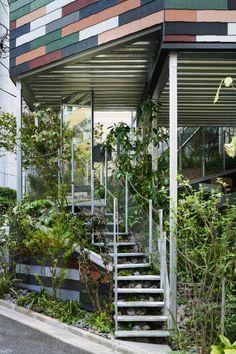 Envolons-nous pour le Japon et plus précisément Toshima, l'un des vingt-trois arrondissements formant Tokyo, où est situé ce bâtiment singulier nommé Overlap House par son créateur, Akihisa Hirata. Le site est à un angle de rue et il se compose d'une pente relativement raide. Des espaces verts tels que les parcs et les jardin des maisons individuelles sont parsemés le long du terrain vallonné. L'idée de l'architecte était donc de dessiner la pente et la différence de niveaux dans le…