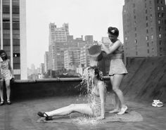 Cooling off in New York City, Summer (The original ice bucket challenge? Photos Du, Old Photos, Vintage Photos, Vintage Pins, Vintage Postcards, Vintage Ladies, Dear Photograph, New York Daily News, Beat The Heat