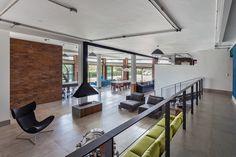 """O escritório paulistano, liderado pelos irmãos e arquitetos Chantal e Tito Ficarelli, optou pelo estilo industrial - eletrodutos aparentes, tijolos crus e piso de porcelanato esmaltado - para que a casa entrasse em consonância com o """"espírito do lugar"""". #casaemdestaque #ARCOweb"""