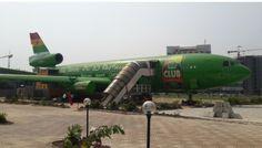 Dit is een restaurant in een vliegtuig. Vlak bij de luchthaven. Veel Ghanesen hebben nog nooit in een vliegtuig gezeten. Het is behoorlijk populair; al vliegt het niet meer en niet iedereen is even enthousiast over de bediening en het eten.