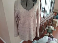 Carolyn Taylor for BY Design M pale crocheted sweater with floral design #CarolynTaylor #VNeck