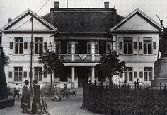 """Das frühere """"Haus des Stadtkommandanten"""" am Siegesdenkmal, gegenüber der Karlskaserne. https://www.facebook.com/HistorischesFreiburg/photos/np.1452582328459189.100002251567273/884856138271703/?type=3"""