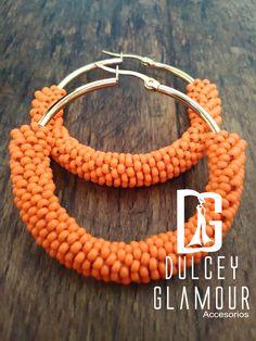 Candongas con tejido en mostacilla, elaborado a mano y de base dorada. Un infaltable! También disponible en base plateada. Base, Bracelets, Jewelry, Fashion, Stud Earrings, Necklaces, Bangle Bracelets, Brick, Earrings