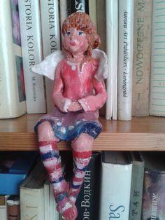 gliniany aniołek - polichromowany .