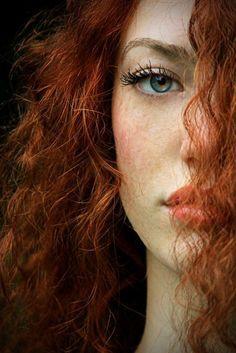 cheveux-orange-visage-avec-taches-de-rousseur-yeux-bleus-tendance-de-couleur-de-cheveux