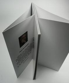 Livre en dos carré collé, couverture souple et rabat de chaque côté. #rabat #flaps