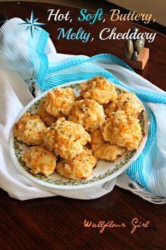 Copycat Red Lobster Cheddar Bay Biscuits- they taste JUST like them! So so so yummy! First time ever making biscuits and it was easy and even easier bc I just dropped globs on instead of using a biscuit cutter :) Red Lobster Biscuits, Cheddar Bay Biscuits, Cheese Biscuits, Southern Buttermilk Biscuits, Biscuit Recipe, Biscuit Bread, Restaurant Recipes, Copycat Recipes, Cooking Recipes