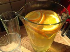 Ik drink voornamelijk water met af en toe een kopje thee ter afwisseling. Soms heb ik echter wel eens zin in wat anders, in iets met een beetje meer smaak. Ik drink liever geen producten met daarin zoetstoffen of superveel suiker.Dan blijft er niet heel veel over, maar deze heerlijke dorstlessende Green Ice Tea gelukkig…