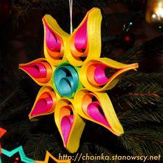 Gwiazdka z łyka - Zabawki z naszej choinki Jeśli masz dostęp do łyka, z którego wykonuje się łubianki możesz spróbować wykonać taką oryginalną kolorową gwiazdkę.