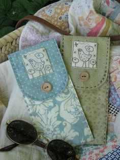 52 Ideas for glasses case pattern shops Small Sewing Projects, Sewing Crafts, Small Bags, Fabric Scraps, Quilting Projects, Hand Embroidery, Purses And Bags, Sunglasses Case, Patches