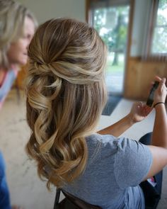 """205 mentions J'aime, 13 commentaires - Sarah Whittaker (@sarahwhair) sur Instagram : """"Half-up on this bride-to-be! #theblowoutbar #updo #bridalhair #bride #bridesmaid #weddinghair…"""""""