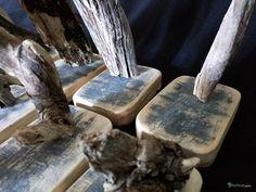 Série de minis sculptures uniques en bois flotté sur socle en bois vintage. Chaque pièce propose de mettre en valeur un jolie bois flotté de forme ou de texture intéressante.  Bois : Un bois flotté ramassé sur les plages du Finistère Sud. Un socle en bois taillé dans une vieille planche de bateau. L'aspect vintage est authentique  Dimensions : Hauteur moyenne : 10 cm Largeur moyenne : 7 cm Profondeur moyenne : 7 cm  Suggestions Convient très bien pour un souvenir Breton, un petit cadeau. Se…