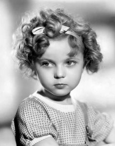 P Shirley Temple. We are saddened to hear that former Hollywood child star Shirley Temple has died, aged Vintage Hollywood, Classic Hollywood, Divas, Errol Flynn, Photo Vintage, Actrices Hollywood, Humphrey Bogart, Judy Garland, Disney Marvel