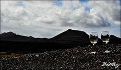 Dos copas, un vino y el volcán.