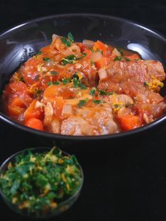 Veal osso bucco – preparation: 20 minutes Cooking time: 45 minutes Ingredients (for 4 people): – 4 slices of veal shank about 200 g each – 10 cl of oil – 3 cloves of garlic – 1 box 400 g of crushed tomatoes – 200 g of carrots – 100 g of onions (about … Veal Recipes, Cooking Recipes, Veal Osso Bucco, Carne, Lunch Recipes, Healthy Recipes, Jamie Oliver, Italian Recipes, Slow Cooker