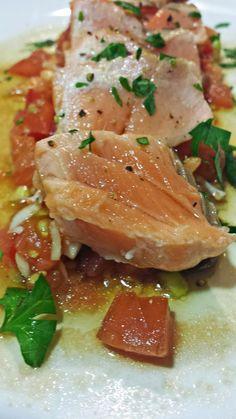 Salmón a la Plancha con Tartar de Tomate al Ajo Negro