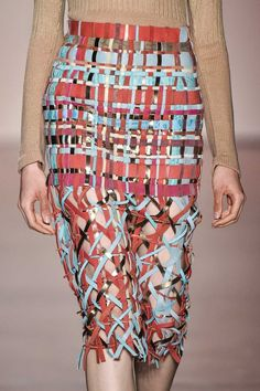the way the multiple directions of lines are placed create an almost slimming effect on the model Fashion Art, Fashion Show, Fashion Outfits, Womens Fashion, Fashion Design, Mode Tartan, Fernanda Yamamoto, Weaving Textiles, Recycled Fashion