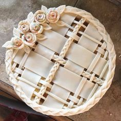 Apple pie with lattice crust, roses, and braids - Pie Crust Art - Torten İdeen Köstliche Desserts, Delicious Desserts, Dessert Recipes, Yummy Food, Pie Crust Designs, Apple Pie Crust, Pie Decoration, Pies Art, Pie Dessert