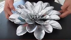 metal art projects Pop over to these guys Aluminum Foil Art, Aluminum Can Crafts, Metal Crafts, Tin Flowers, Large Paper Flowers, Pop Can Art, Soda Can Crafts, Metal Art Projects, Pop Cans
