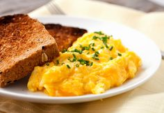 How to make perfect cheesy eggs including the right way to nail the temperature and three different cheese examples for your scrambled eggs!