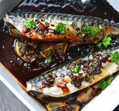 Omdat ik van mezelf vind dat ik vaker hele vis moet bereiden ging ik er laatst mee aan de slag. Ik maakte waanzinnig lekkere Oosterse makreel uit de oven.