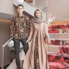 Who is not familiar with batik outfit? This outfit is a cultural and characteristic symbol in Asia especially in Indonesia. At first appearance batik was only Kebaya Hijab, Kebaya Dress, Kebaya Brokat, Batik Kebaya, Kebaya Muslim, Vestido Batik, Batik Dress, Batik Fashion, Abaya Fashion