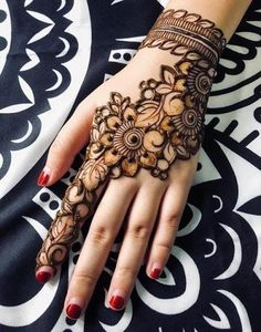 Check the latest mehndi designs 2020 simple and easy for hands, we have collected the most beautiful and decent henna design for hand, you never seen before Floral Henna Designs, Back Hand Mehndi Designs, Finger Henna Designs, Legs Mehndi Design, Henna Art Designs, Modern Mehndi Designs, Dulhan Mehndi Designs, Mehndi Design Pictures, Mehndi Designs For Fingers