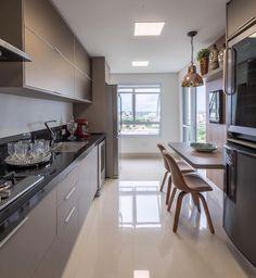 Detalhes lindos na cozinha. Com destaque para o piso Crema Valência da @ceramicaportinari que mais parece um tapete e ficou em perfeita sintonia com todo o espaço. Amei! #homeidea #arquitetura #ambiente #archdecor #archdesign #projeto #homestyle #home #homedecor #pontodecor #homedesign #ceramicaportinati #photooftheday #interiordesign #interiores #picoftheday #decoration #piso #revestimento #decoracao #architecture #archdaily #inspiration #project #regram #home #casa #grupodecordigital