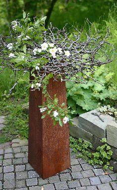 Schale aus Apfelbaumzweigen mit Wildrosen Foto. Ahornblatt