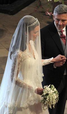 awesome Coiffure mariage : Kate Middleton& veil was just stunning. Kate Middleton Wedding Dress, Kate Middleton Photos, Royal Brides, Royal Weddings, Long Wedding Dresses, Wedding Veils, Bridal Veils, Wedding Album, Wedding Photos