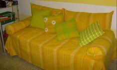 una cama convertida en sofa