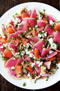 Salat mit Wassermelone, Orangen, Radieschen und Ziegenkäse